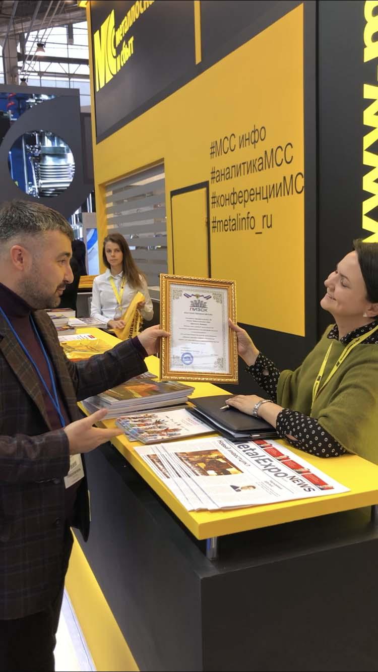 Иван Сергеевич Титов вручает благодарственное письмо нашему медиа-партнеру